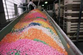 colorful-candy-hearts-at-factory